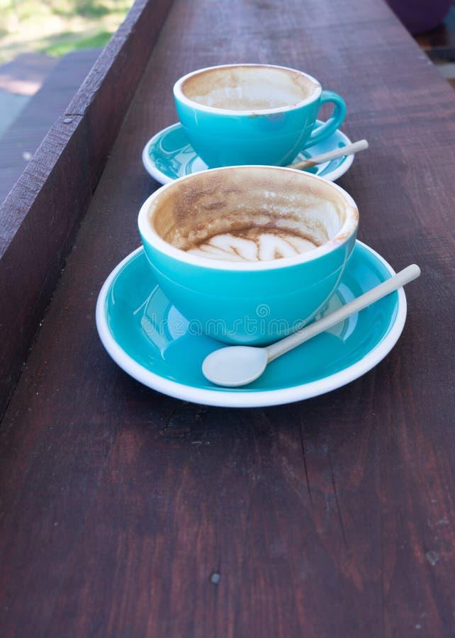Koppar av varmt cappuccino- eller lattekaffe royaltyfri fotografi