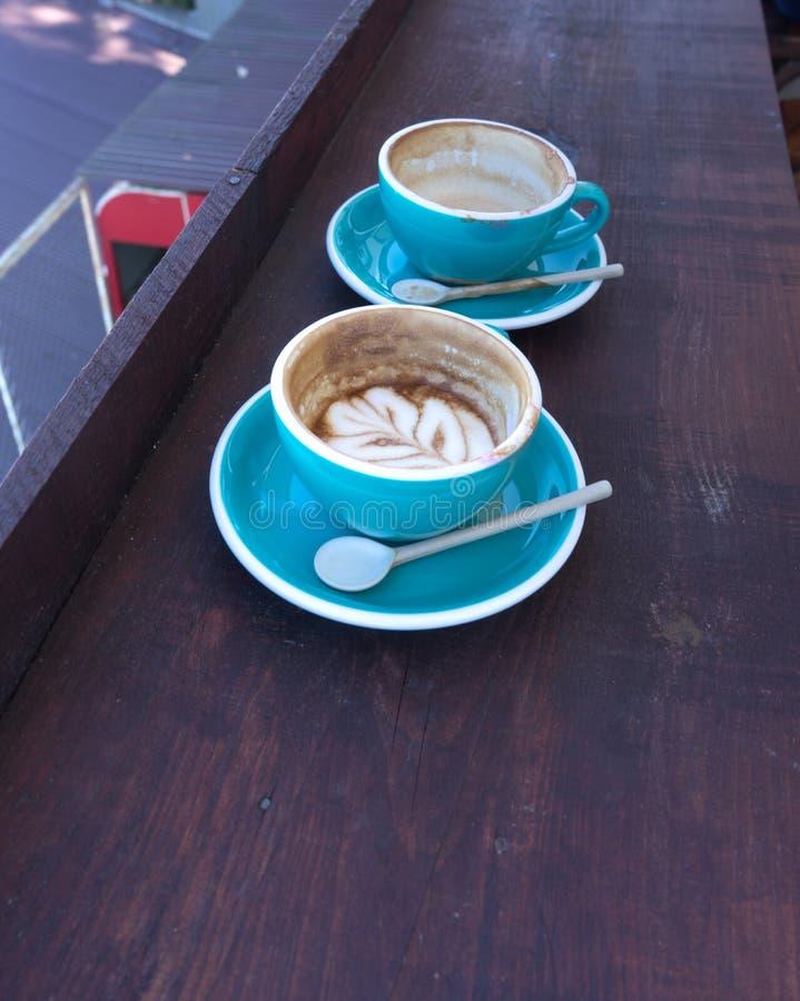 Koppar av varmt cappuccino- eller lattekaffe royaltyfri bild