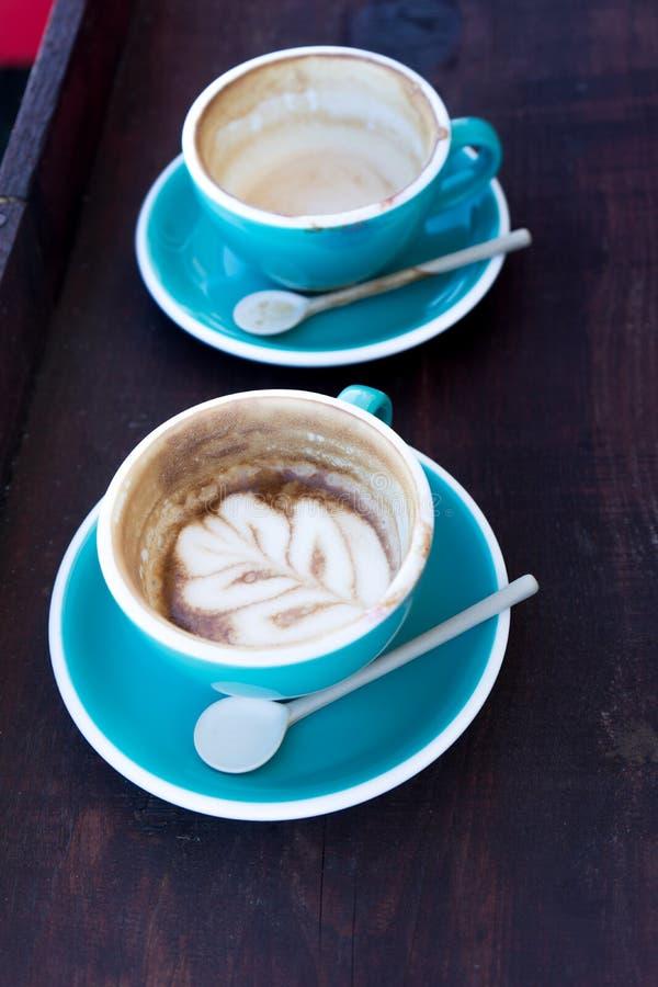 Koppar av varmt cappuccino- eller lattekaffe fotografering för bildbyråer