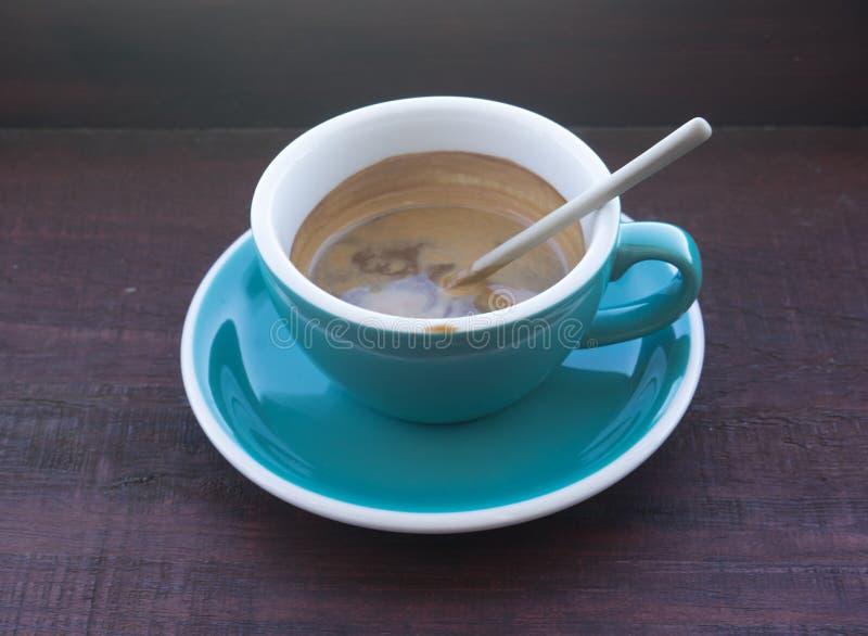 Koppar av varmt cappuccino- eller lattekaffe royaltyfri foto