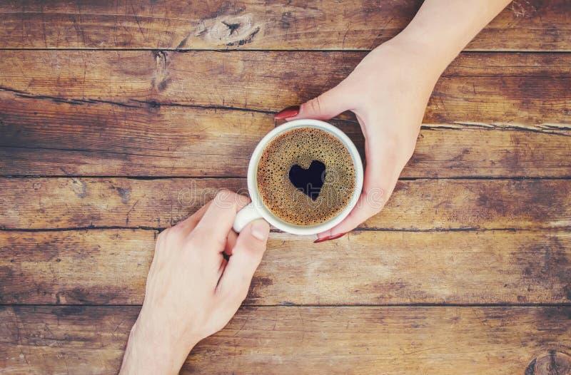 Koppar med ett kaffe i händerna av män och kvinnor arkivbild