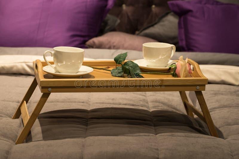 Koppar med Rose Flower On Wooden Tray för frukost fotografering för bildbyråer