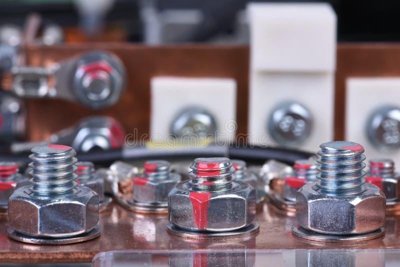 Kopparbussen särar för industriella strömförsörjningapparater med djärv anslutningsnärbild arkivbild