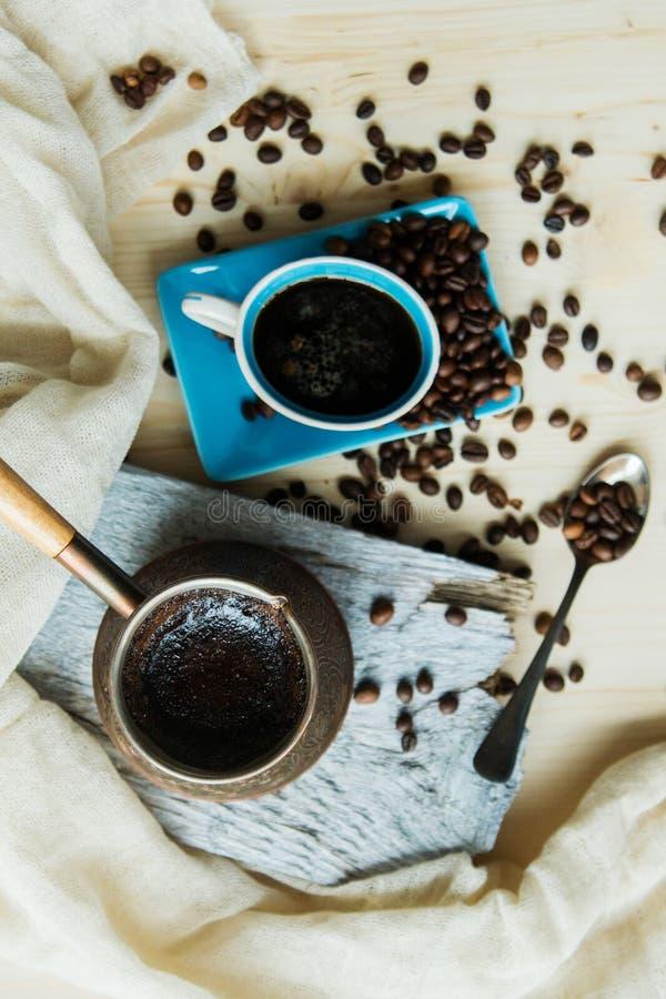 Kopparcezvekaffe och korn på en stålbakgrund arkivfoton