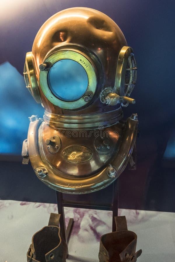 Koppardyka hjälm i det maritima museet La Citera de La Mer eller stad av havet i Cherbourg, Normandie, Frankrike royaltyfri bild