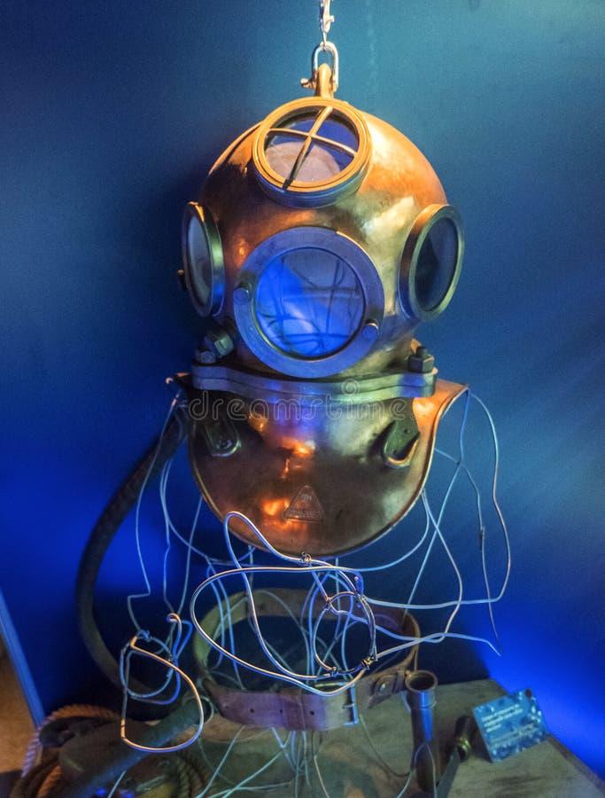 Koppardyka hjälm i det maritima museet La Citera de La Mer eller stad av havet i Cherbourg, Normandie, Frankrike royaltyfria bilder