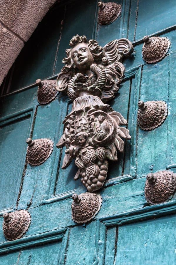 Koppargarnering på den gamla dörren i Cuzco, Peru arkivbilder