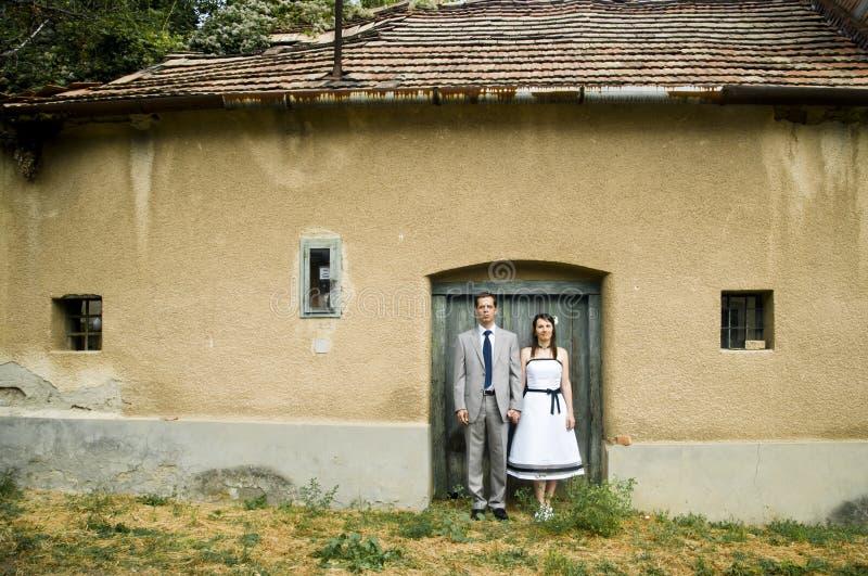 Koppel status op de deur van een huis. stock afbeelding
