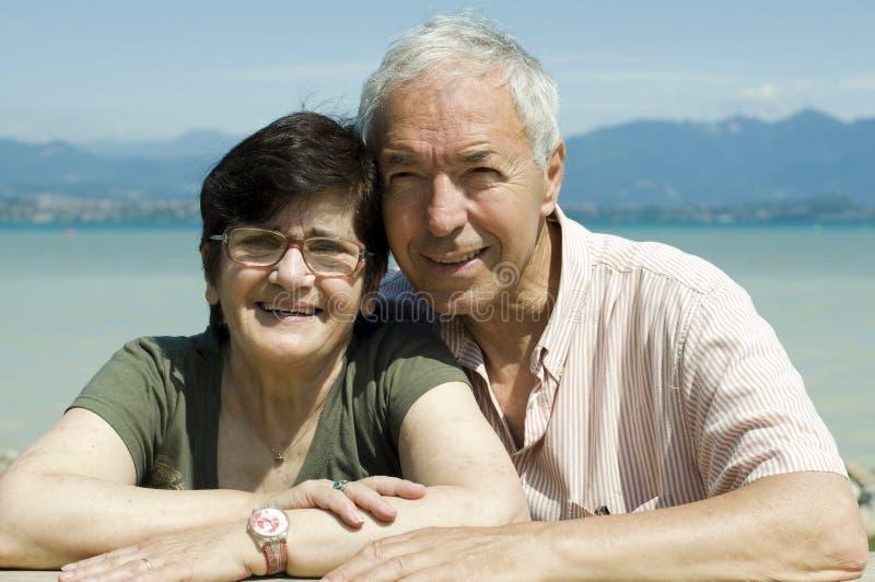 Koppelen de bejaarden op het meer stock afbeelding