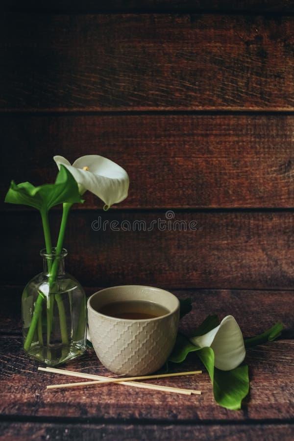 Koppen av svart te thewooden p? bakgrund royaltyfria bilder
