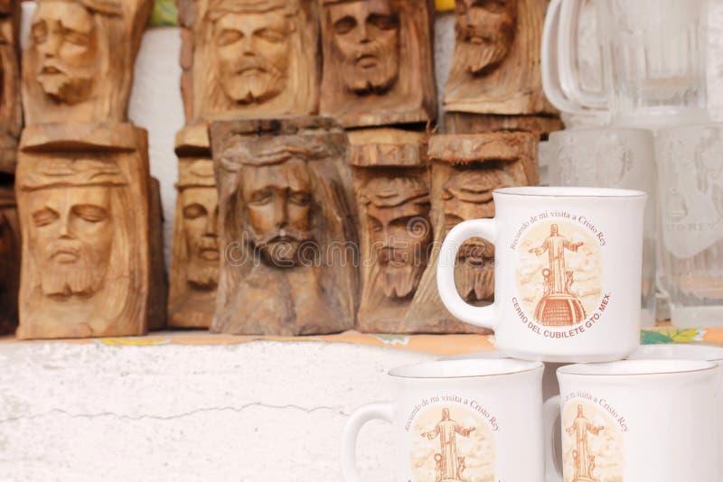 Koppen en gesneden hout in Guanajuato, Mexico stock foto