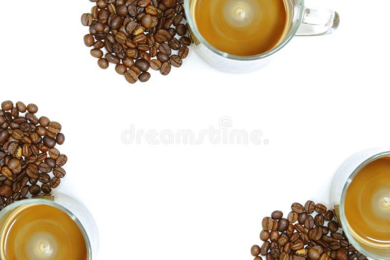 Koppen kaffe för den bästa sikten bredvid har in många kaffebönor på vit bakgrund, har kopieringsutrymme i mitt royaltyfria bilder