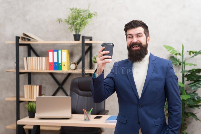 Koppen kaffe kan faktiskt hjälpa att bidra till total- lycka Skäggigt kaffe för chefhållkopp Avkopplad b?sta chef arkivfoton