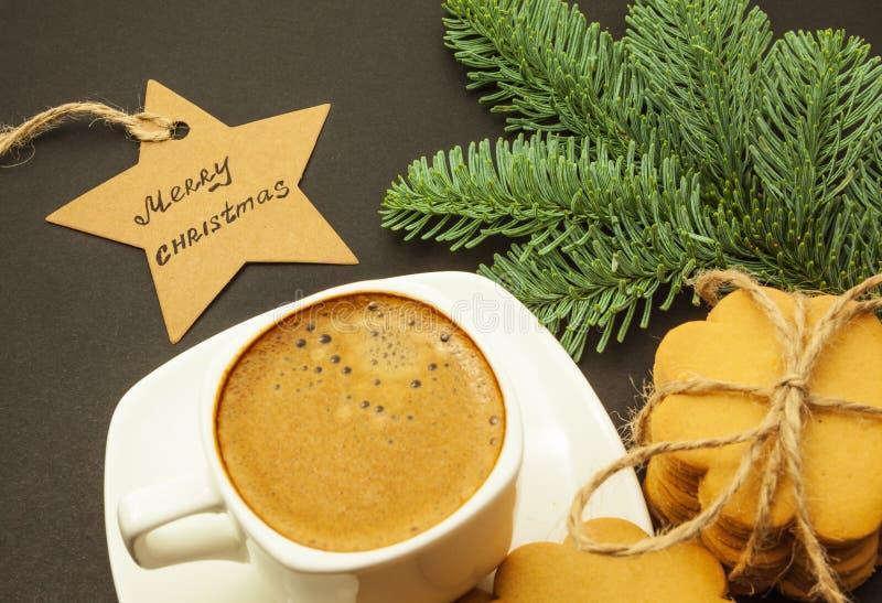 Koppen kaffe med mjölkar crema- och ingefärakakor, jultema royaltyfria bilder