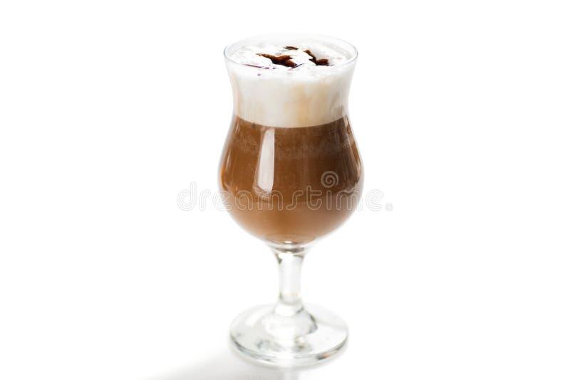 Koppen kaffe med mjölkar isolerat på vit arkivbilder