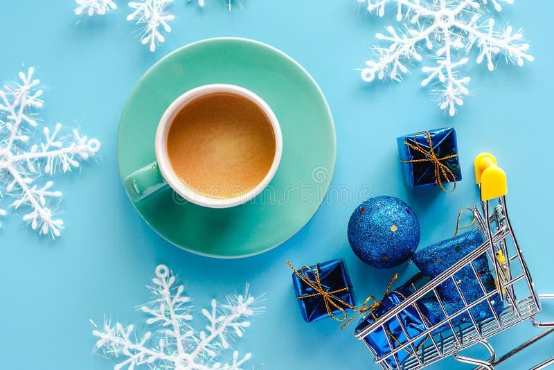 Koppen kaffe med Xmas-snöflingan, gåvaask, blänker bollar och b fotografering för bildbyråer