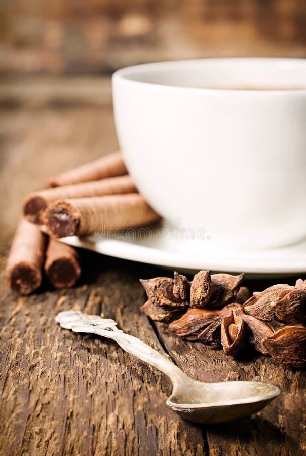 Koppen kaffe, stjärnaanis och chokladrånet rullar arkivbild