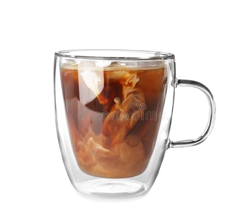 Koppen med kallt brygdkaffe och mjölkar royaltyfri fotografi