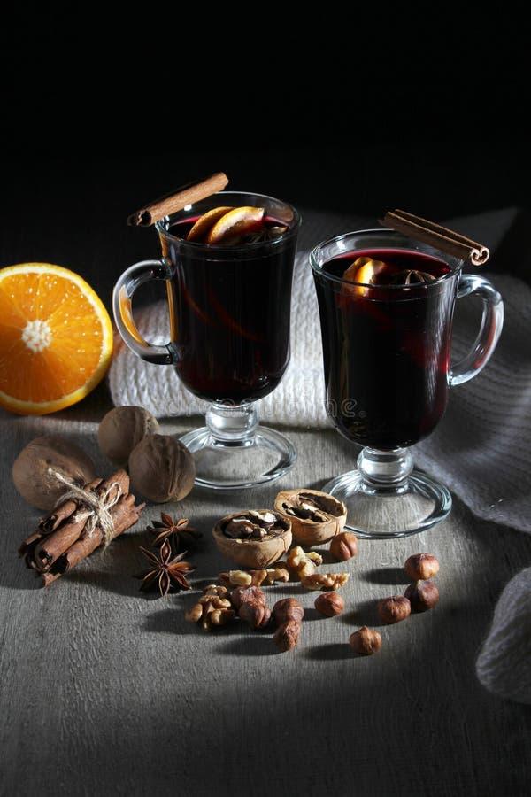 Koppen met overwogen wijn stock afbeelding