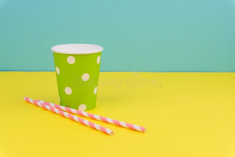 Koppen och rosa färger för grönt prickparti gjorde randig den pappers- sugrör arkivbild
