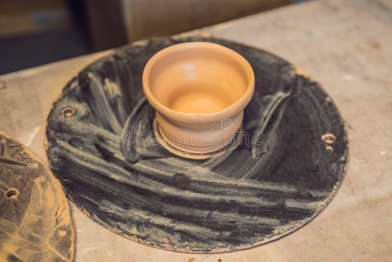 Koppen op de planken in de aardewerkworkshop stock afbeeldingen