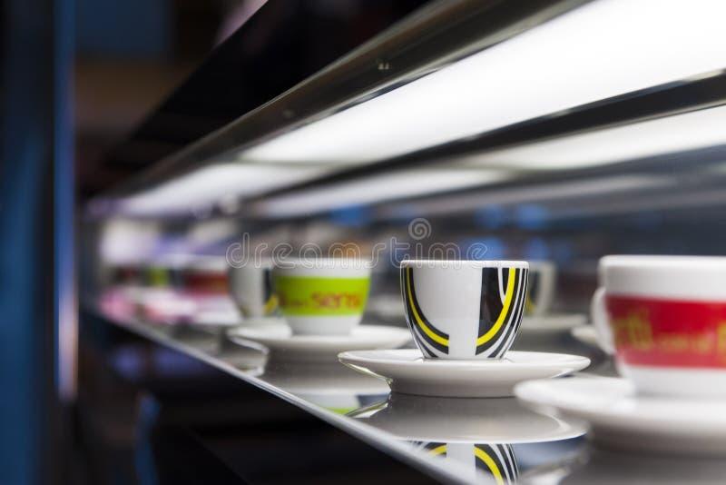 Koppen op restaurantcountertop stock afbeeldingen