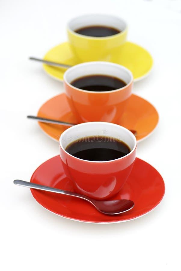 Koppen van koffie in lijn. stock afbeelding
