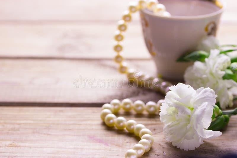 Kopphalsband och vita blommor arkivfoton
