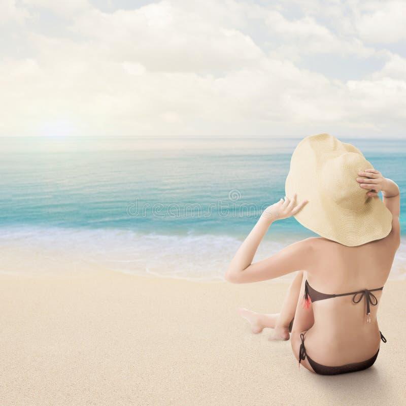 Koppla av bikiniskönhet, bakre sikt royaltyfria bilder