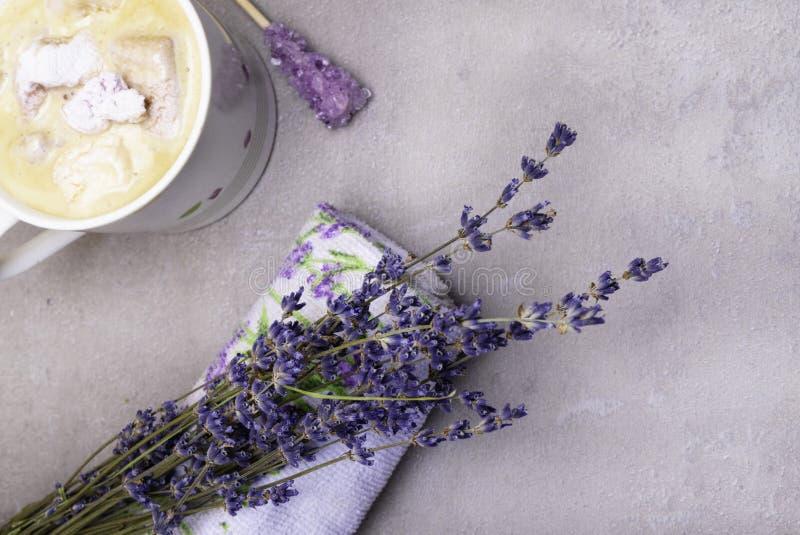 koppla av brunnsortlavendellynnet med koppen kaffe, violett godissocker på träpinnen, marshmallowen, lavandertryckhandduken och g fotografering för bildbyråer