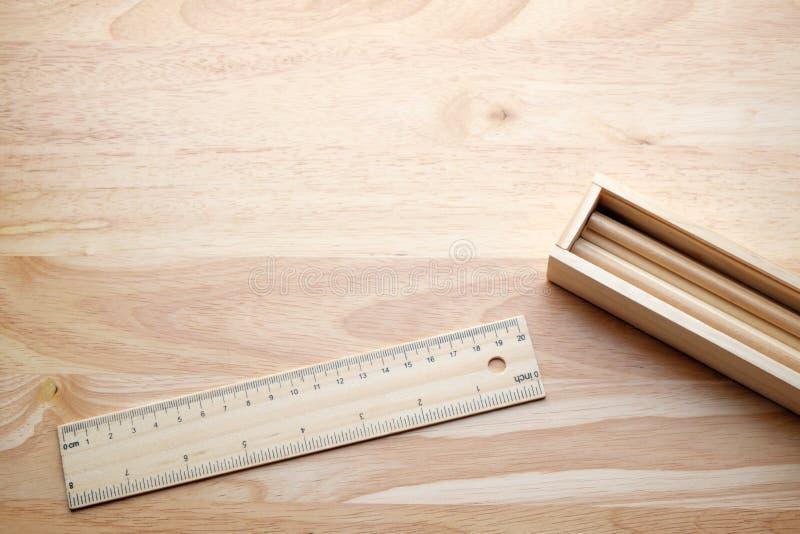 Koppla av färgblyertspennan på den wood tabellen arkivfoto