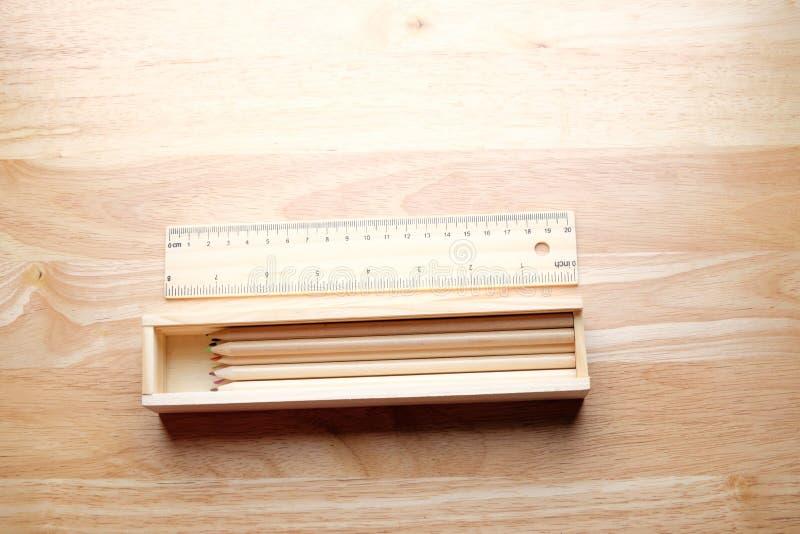 Koppla av färgblyertspennan på den wood tabellen arkivbild