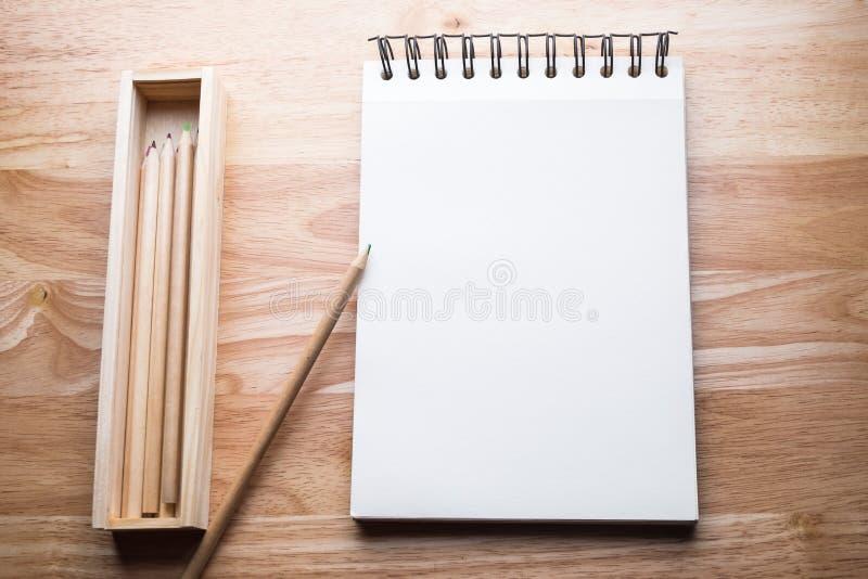 Koppla av färgblyertspennan på den wood tabellen arkivfoton