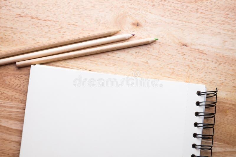 Koppla av färgblyertspennan på den wood tabellen royaltyfri bild