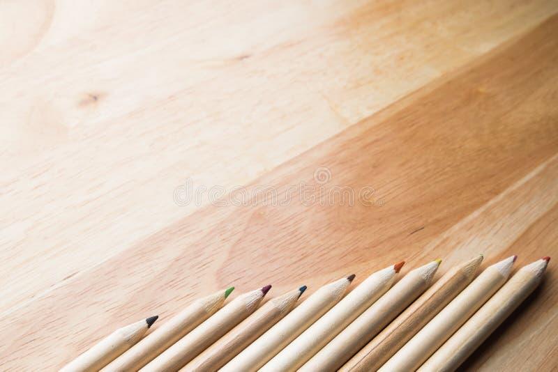 Koppla av färgblyertspennan på den wood tabellen fotografering för bildbyråer