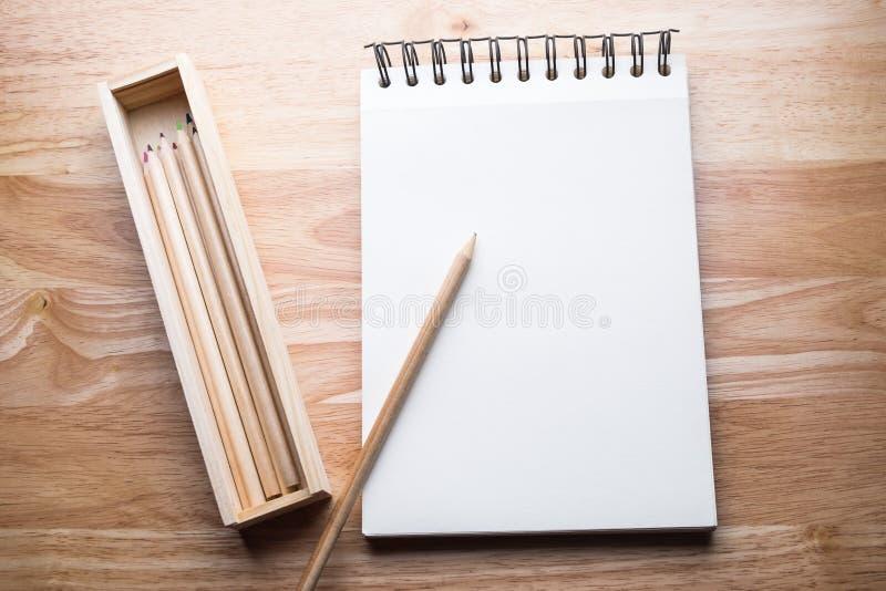 Koppla av färgblyertspennan på den wood tabellen royaltyfri foto