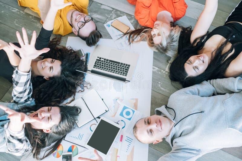 Koppla av för gyckel för Millennials företags livavbrott royaltyfria bilder