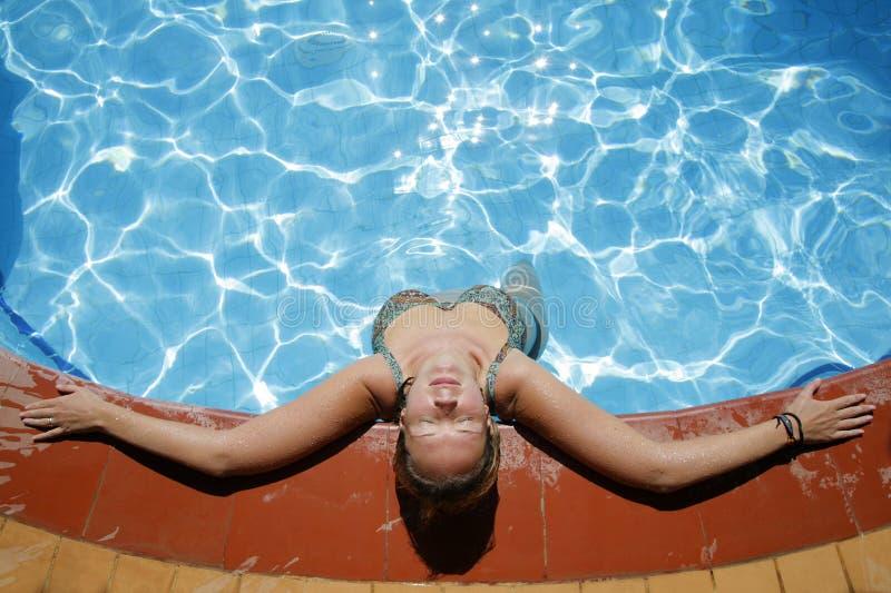 koppla av för poolside arkivfoton