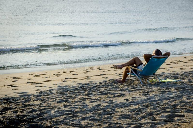 koppla av för strandman royaltyfri bild