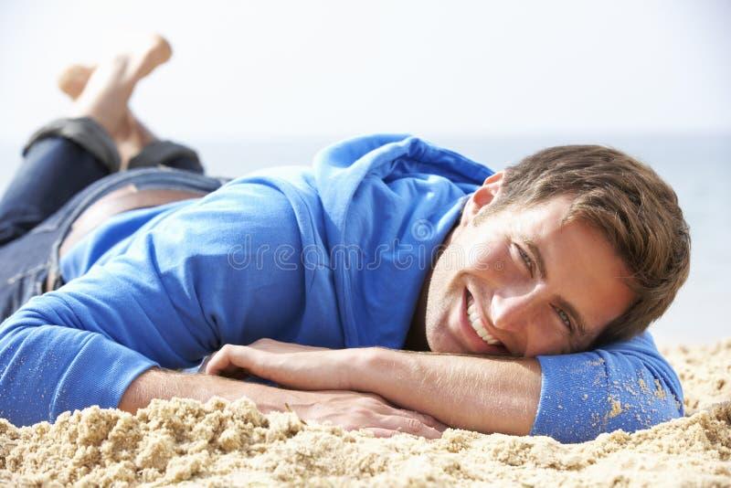 koppla av för strandman royaltyfri foto