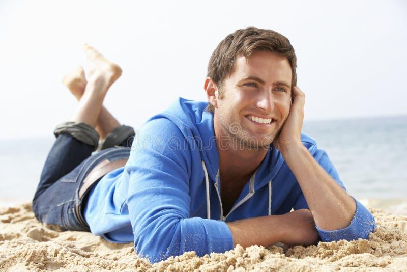 koppla av för strandman royaltyfria bilder