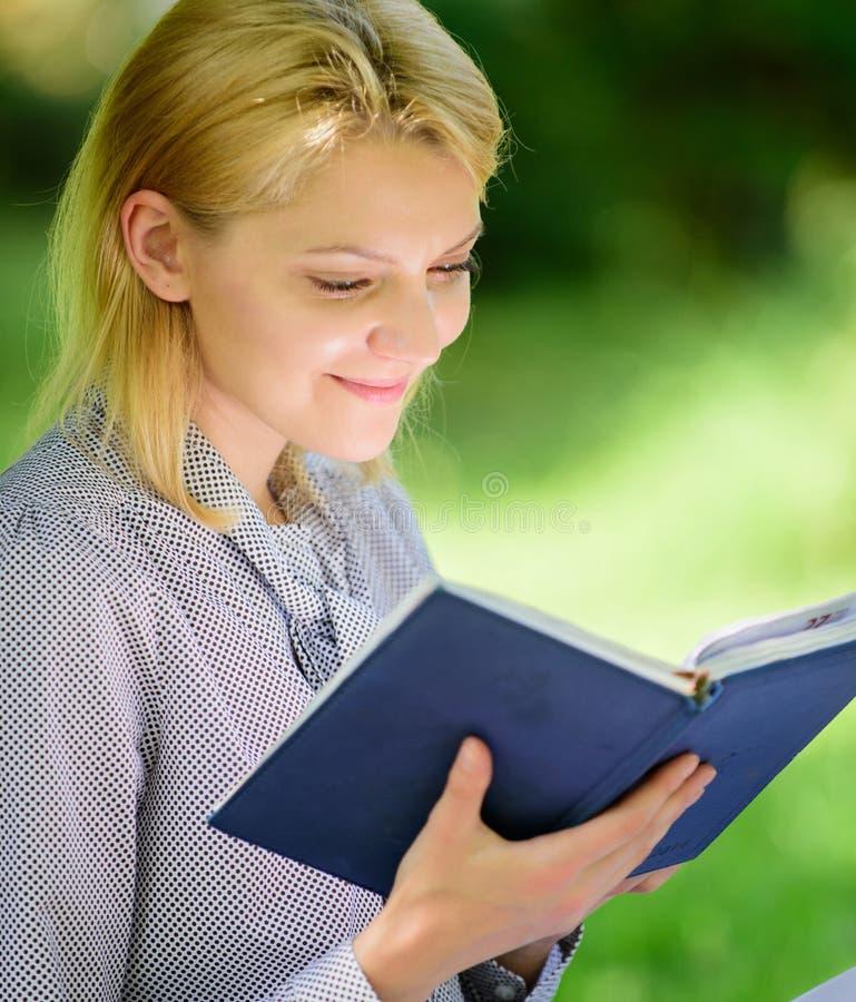 Koppla av fritid ett hobbybegrepp Bästa självhjälpböcker för kvinnor Böcker som varje flicka bör läsa Den koncentrerade flickan s arkivfoton