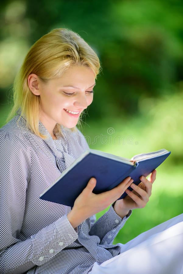 Koppla av fritid ett hobbybegrepp Bästa självhjälpböcker för kvinnor Den intresserade flickan sitter parkerar läste boknaturbakgr royaltyfria foton