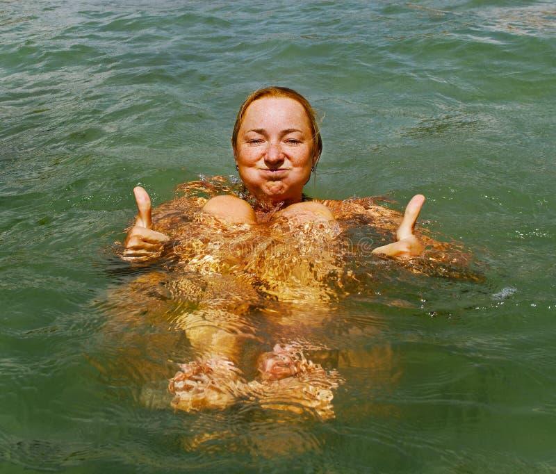 Koppla av i vattnet. arkivfoto