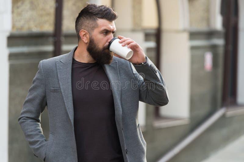 Koppla av och ladda upp Skäggig hipster för man som dricker kaffepapperskoppen En mer smutt av kaffe Dricka kaffe på gå fotografering för bildbyråer