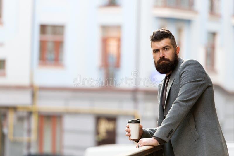 Koppla av och ladda upp Skäggig hipster för man som dricker kaffepapperskoppen En mer smutt av kaffe Tycka om kaffe på gå arkivfoton