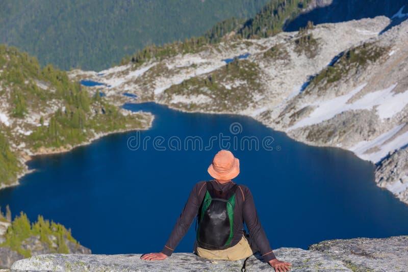 Koppla av på bergsjön royaltyfria bilder