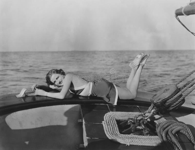 Koppla av på en yacht arkivbild
