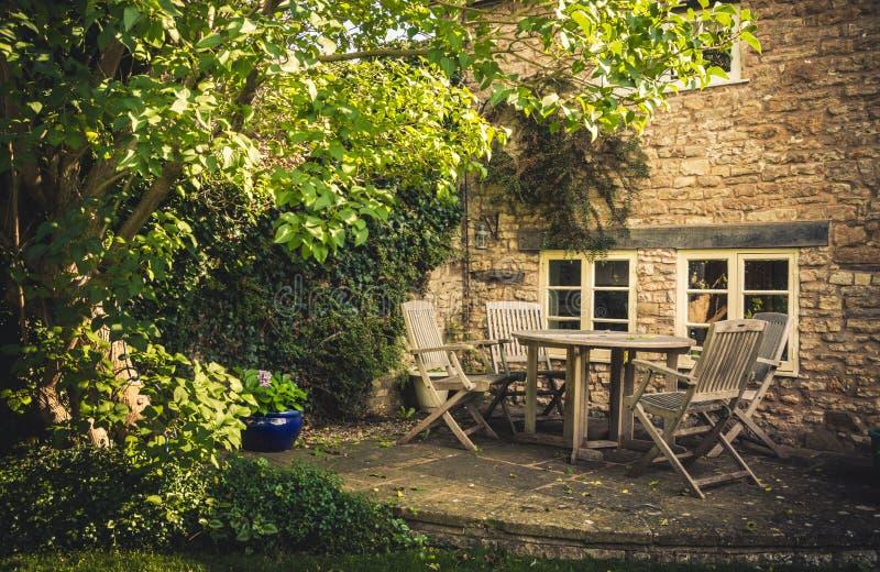 Koppla av på min trädgård royaltyfri fotografi