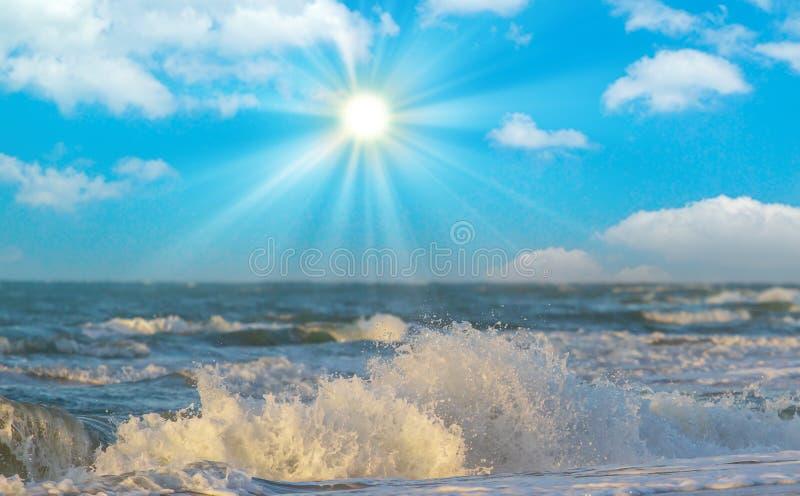 Koppla av p? den grekiska medelhavet och enjoyngen en varm solnedg?ng ?ver en bl? himmel med n?gra moln ?ver horisonten och litet arkivbilder
